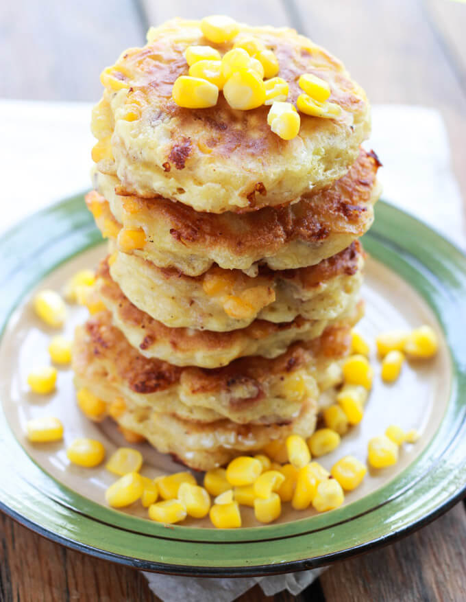 Corn and Bacon Fritters with Garlic-Dill Crema - perfect on the go breakfast or top it with your favorite lunch meat and cheese for yummy school lunch | littlebroken.com @littlebroken