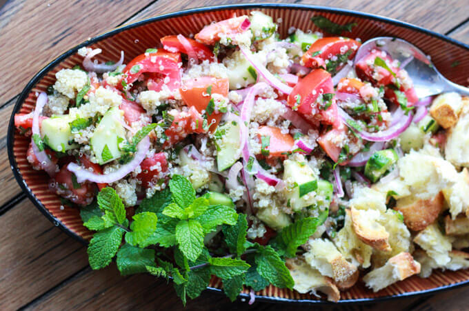 Quinoa and Heirloom Tomato Panzanella Salad - heirloom tomatoes + toasted croutons + quinoa = super yummy! Healthy way to use up your end of summer veggies | littlebroken.com @littlebroken