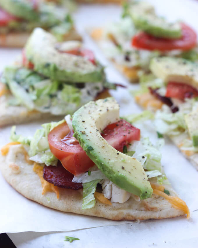 20 minutes to make this delicious pita, topped with fresh avocado, bacon, chicken and tomatoes. Yummy!   littlebroken.com @littlebroken #pizza #californiaclub #20minutemeal