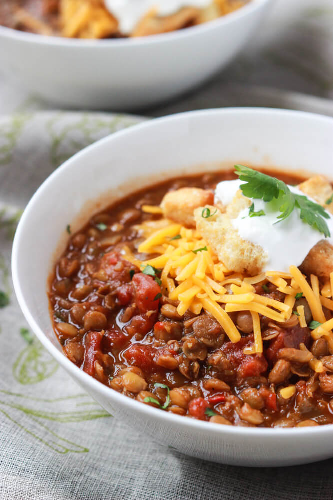 Meatless Monday never tasted so good! Hearty and chunky lentil chili much healthier than your traditional chili but tastes exactly like your favorite bowl of ground beef chili! |littlebroken.com @littlebroken #meatlessmonday #vegetarian #chili