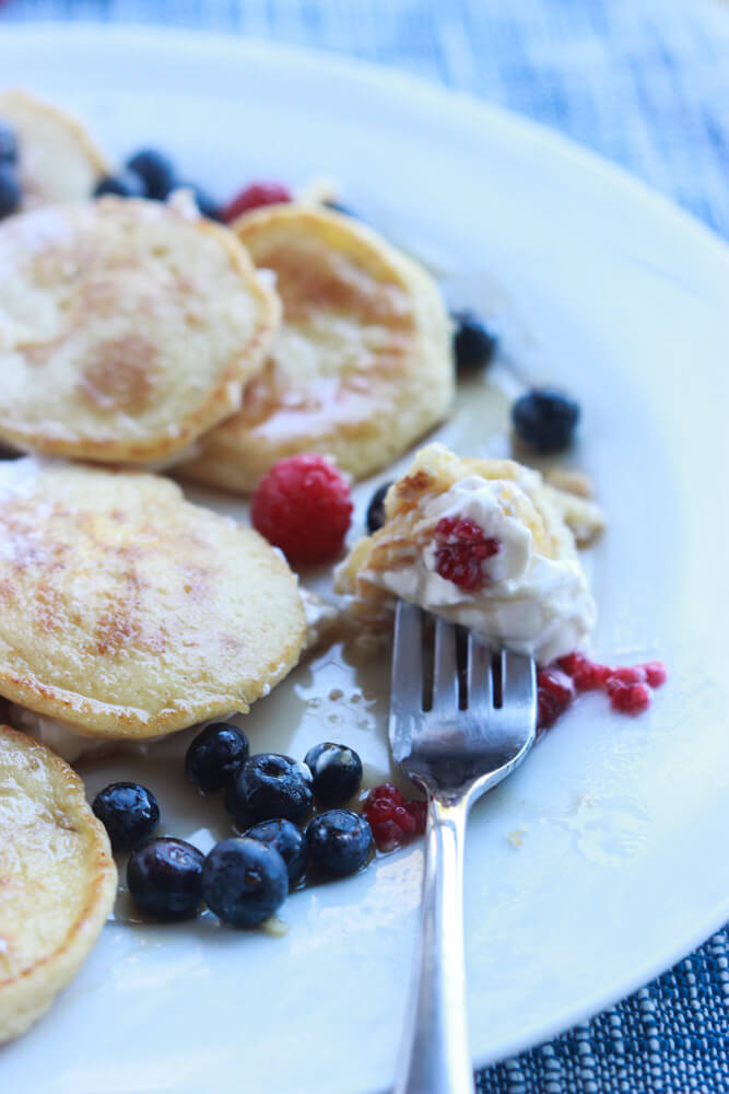 Super, super tender and moist hotcakes that are SUGAR FREE and perfect for breakfast or brunch! | littlebroken.com @littlebroken #breakfast #pancakes #sugarfree