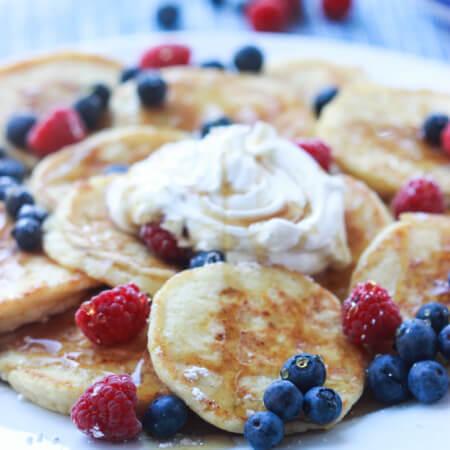 Super, super tender and moist hotcakes perfect for a weekend breakfast or brunch! | littlebroken.com @littlebroken #breakfast #pancakes