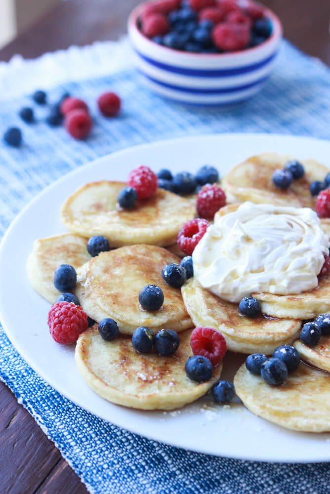 Super, super tender and moist hotcakes that are SUGAR FREE and perfect for breakfast or brunch! | littlebroken.com @littlebroken #breakfast #pancakes