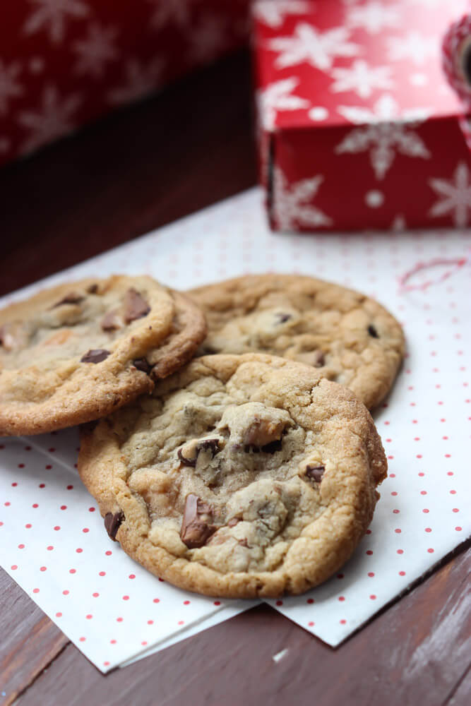 Day 5 of 12 Days of Cookies: chocolate chip cookies with chunks of toffee and caramels. Easiest cookie to make this holiday season!!! | littlebroken.com @littlebroken #christmascookies #chocolatechip