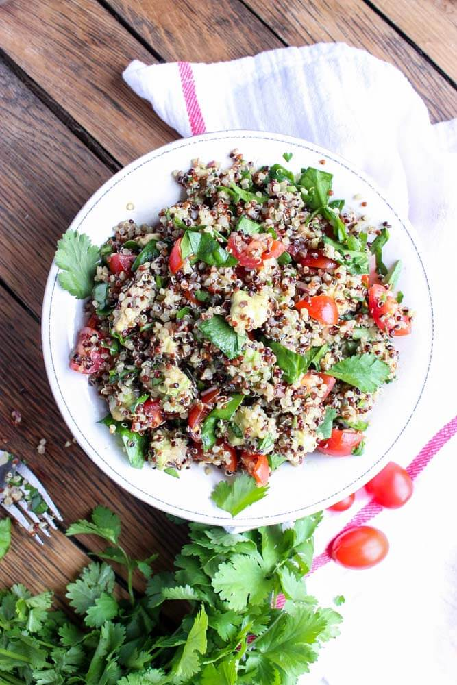 Superfoods quinoa salad with avocado, spinach and tomatos. Tossed in a zesty Greek vinaigrette for meatless lunch (GF) | littlebroken.com @littlebroken