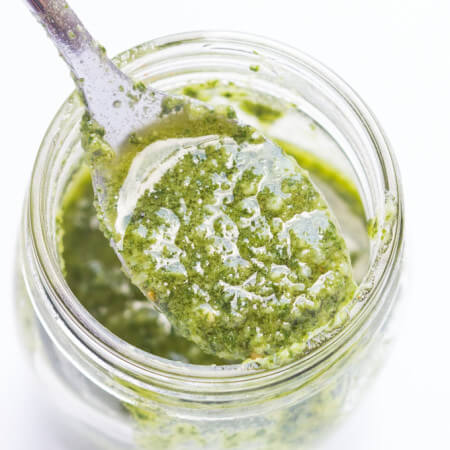 This is the BEST pesto ever - with only 6 ingredients and 5 minutes to make | littlebroken.com @littlebroken