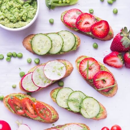 Spring crostini with pea pesto is easy and SO GOOD starter for any occasion | littlebroken.com