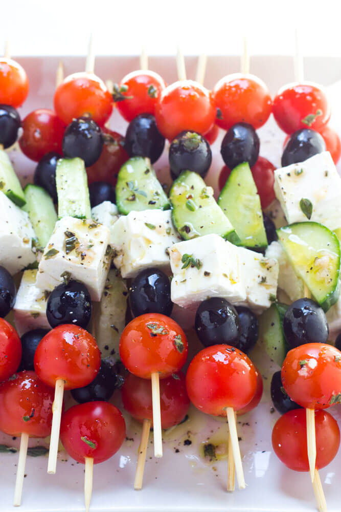 Only 4 ingredients and minimal prep! These greek salad skewers are 100% crowd pleaser | littlebroken.com @littlebroken