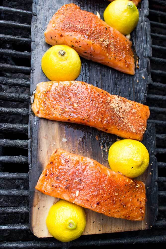 Only 10 minutes to grill this super tender and moist lemon plank smoked salmon | littlebroken.com @littlebroken