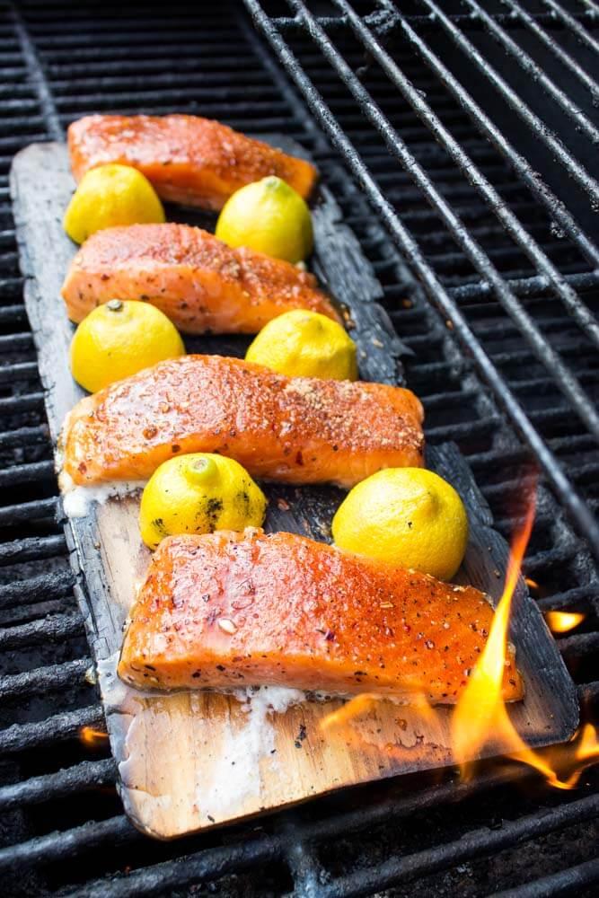 Рыба приготовленная на мангале в решетке