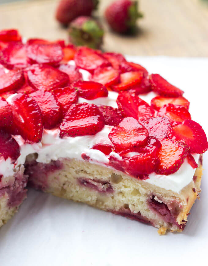 Sliced strawberry shortcake cake recipe