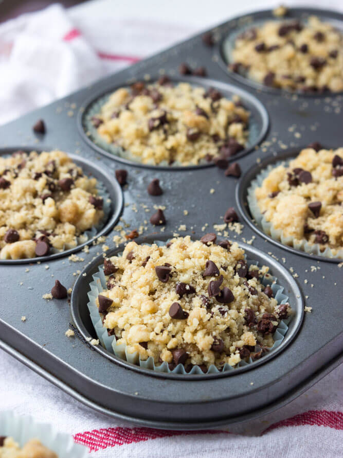 Delicious flavor of banana bread made into muffins and topped with irresistible streusel topping | littlebroken.com @littlebroken