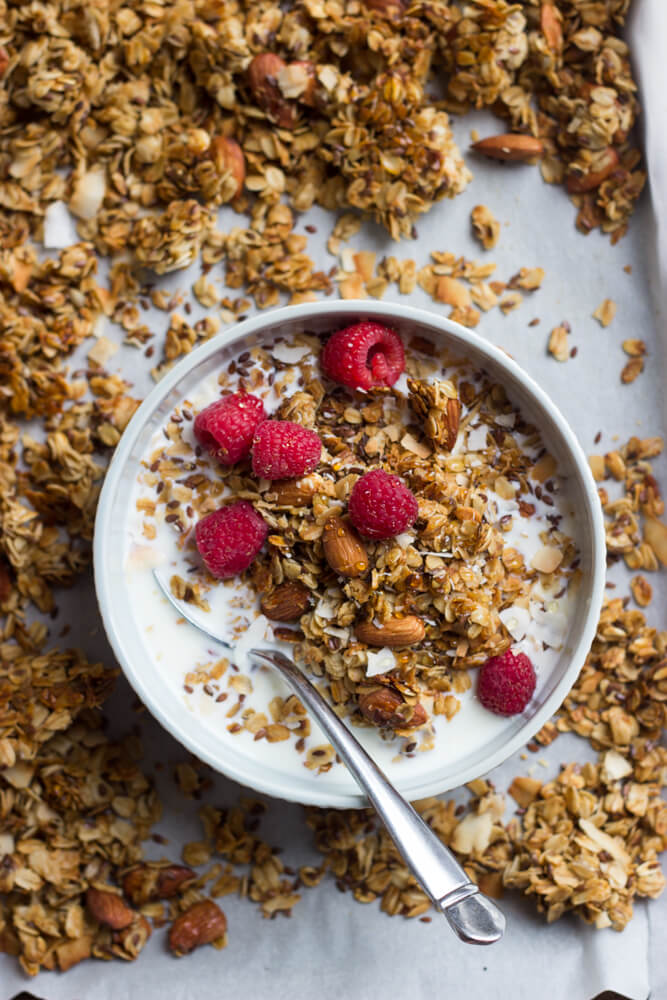 Homemade Vanilla Almond Flax Granola with Coconut - making your own granola has never been easier! Made with wholesome ingredients, this granola recipe is crunchy, lightly sweetened, and stores for 1-2 weeks | littlebroken.com @littlebroken