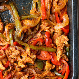 With one little trick and you have the most juiciest oven baked chicken fajitas! Served in a lettuce wrap for a healthy dinner | littlebroken.com @littlebroken