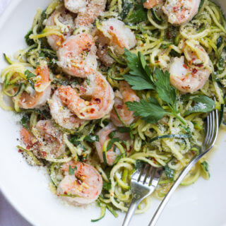Shrimp Scampi with Zucchini Noodles - only 356 calories this weeknight dinner could not be any more healthier! | littlebroken.com @littlebroken