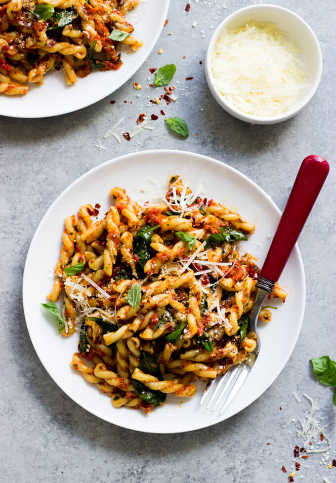 20-Minute Sun-Dried Tomato Pasta with Spinach - such an easy weeknight dinner! | littlebroken.com @littlebroken