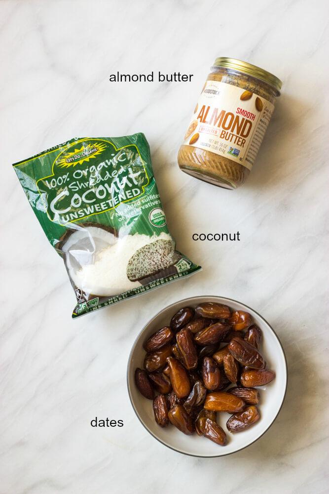 3-Ingredient Coconut Date Bites - slechts drie eenvoudige ingrediënten om deze paleo en vegan vriendelijke dessert te maken | littlebroken.com @littlebroken