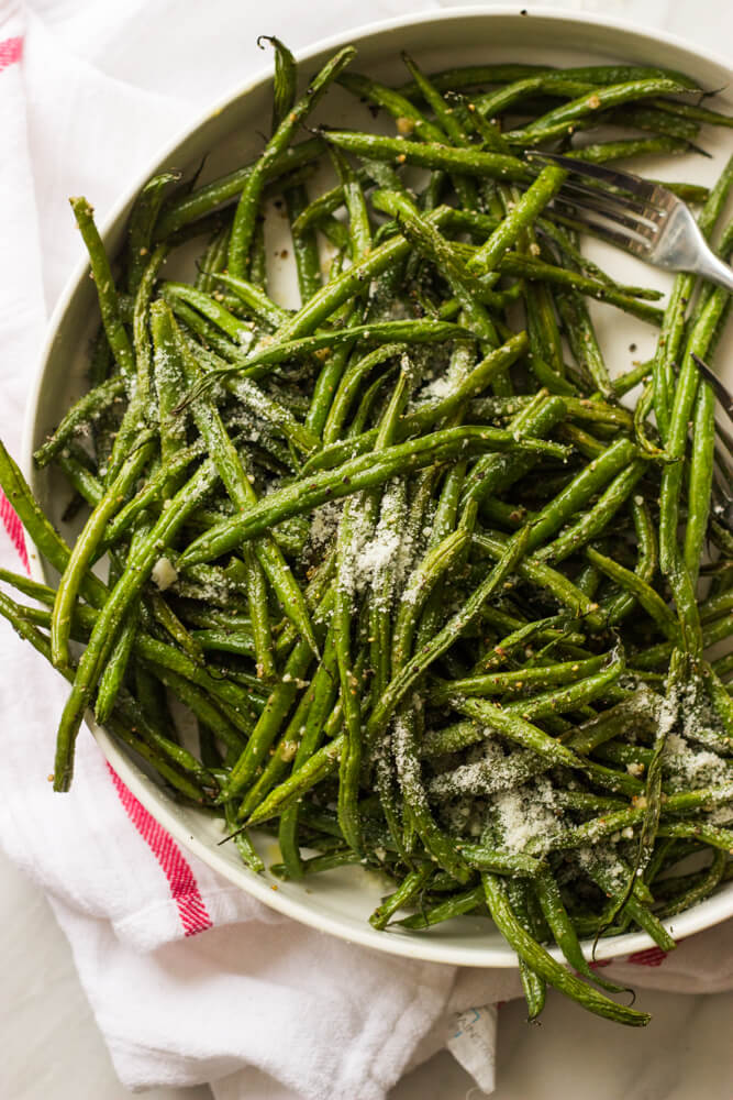 close up oven roasted green beans